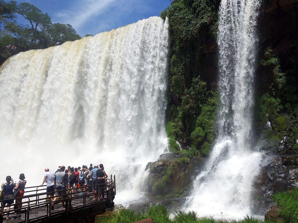 ludzie podziwiajacy wodospady