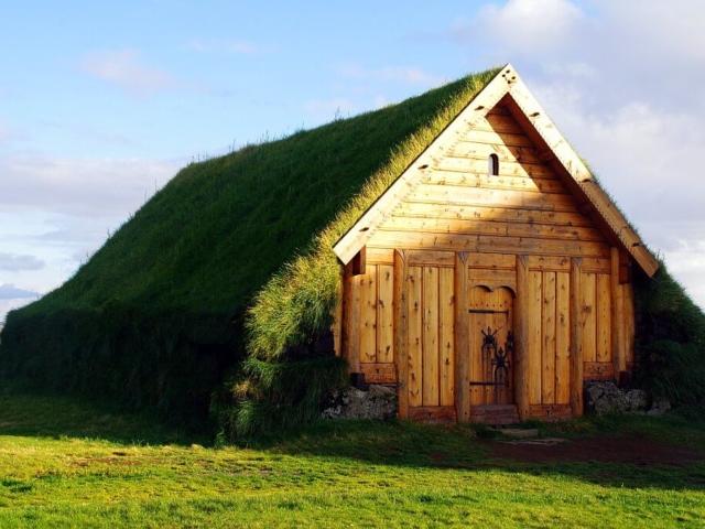 Typowa chata islandzka kryta trawą