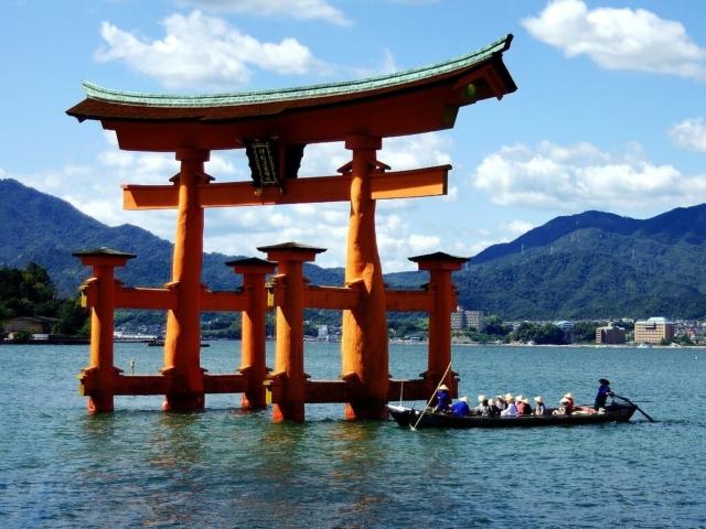Torii - brama do świątyni na wyspie Itsukushima