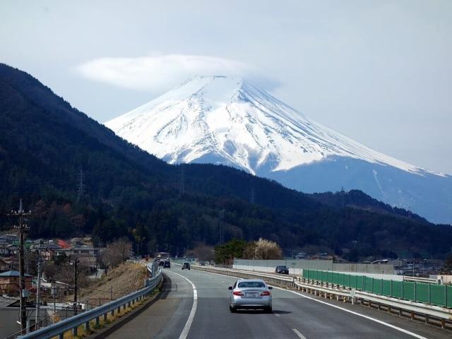 Wulkan Fudżi widoczny z drogi