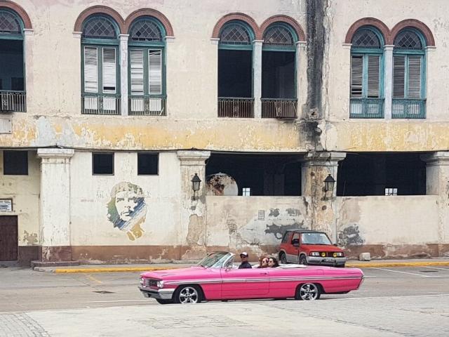 stare amerykańskie auto, piękny ale nadszarpnięty czasem dom i zawsze czuwający El Comendante