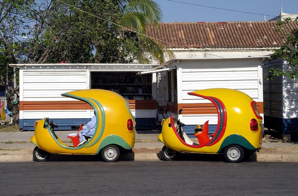Żółte hawańskie motorowe taksówki