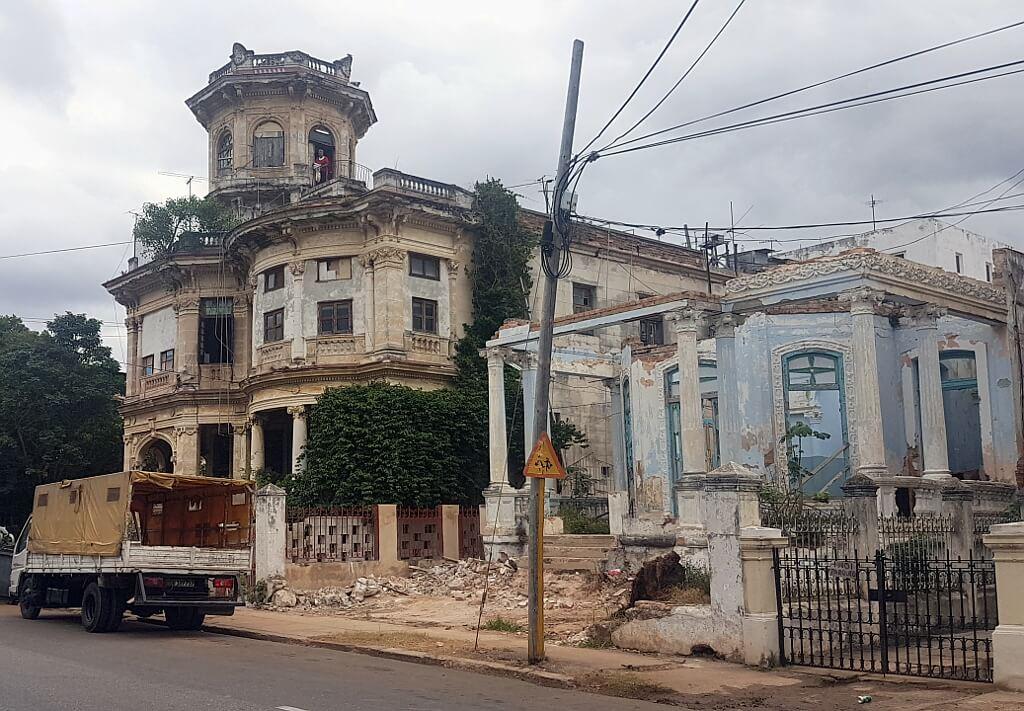 ruiny bogatych niedgyś domów, które widać że są zamieszkane