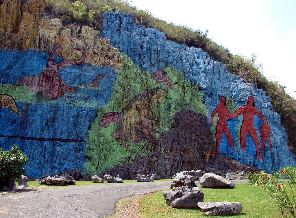 Bajecznie kolorowy, gigantyczny Mural de la Prehistoria
