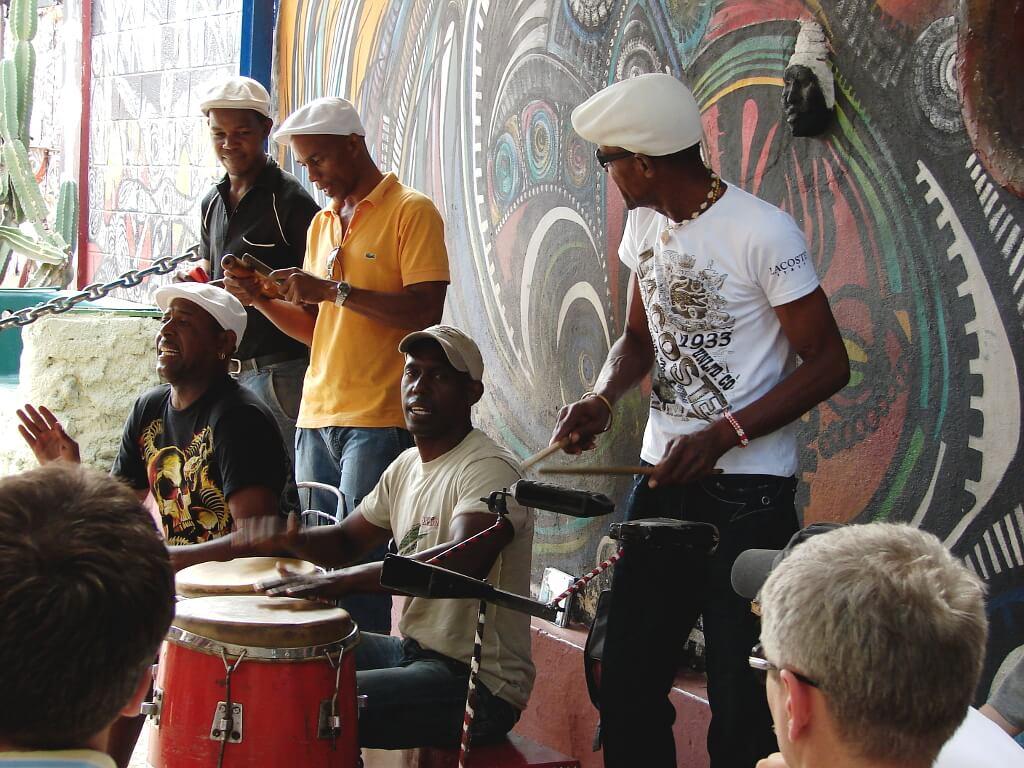 uliczny zespół grający dla ludzi