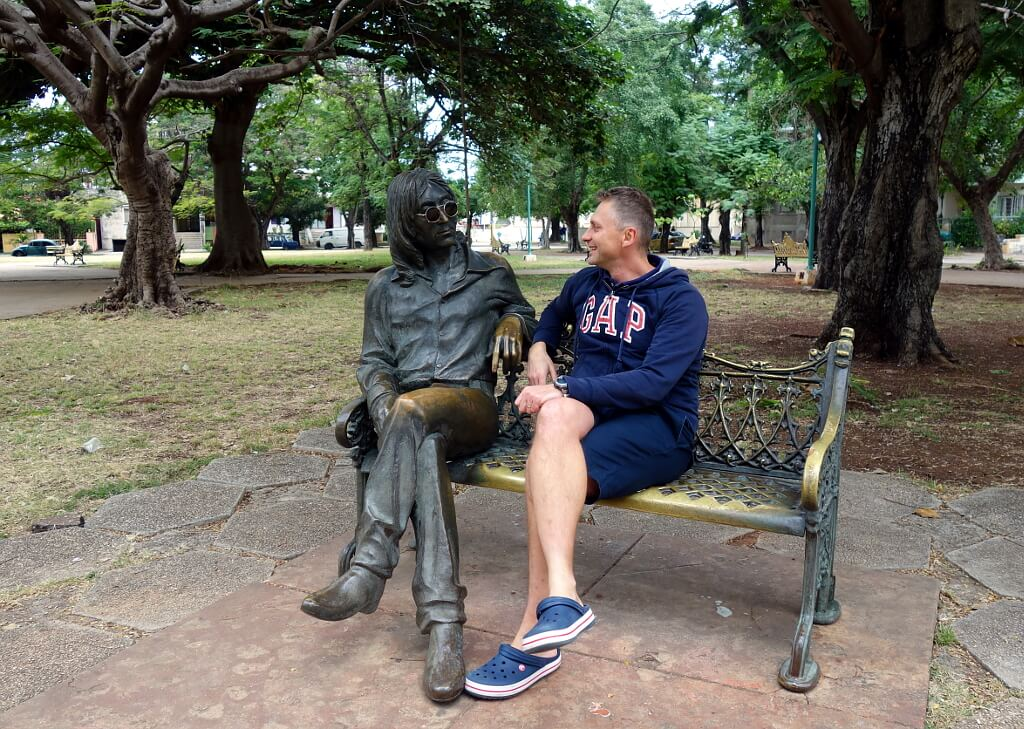 Darek na ławce z rzeźbą Lennona