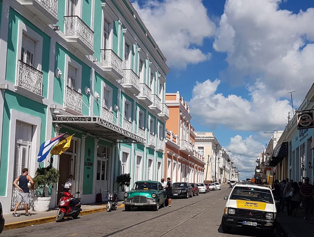 ulica z kolorowymi fasadami domów
