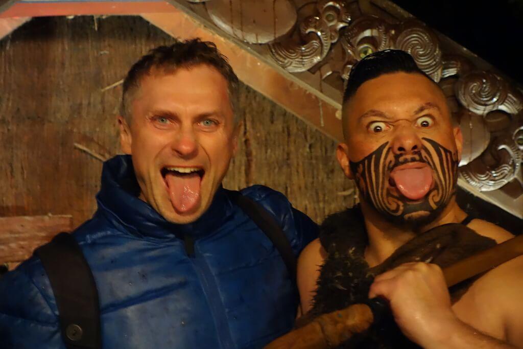 Darek i maoryski tańcerz pokazujący język. Jest to część tańca wojennego Haka