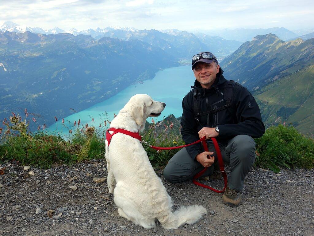 Darek z psem w górach