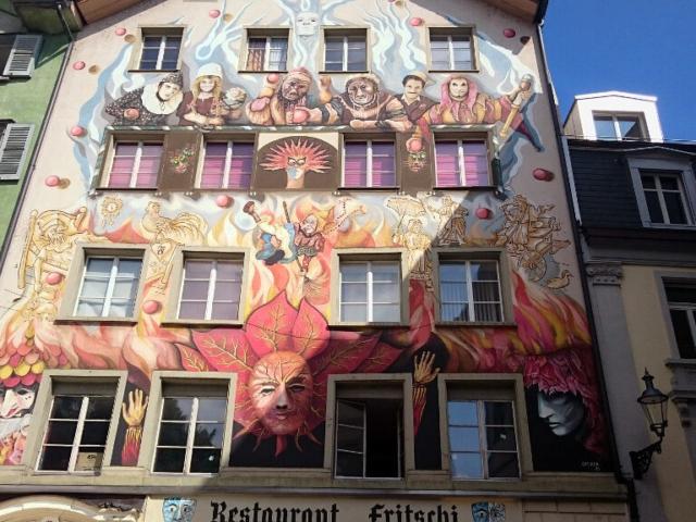 Kolorowa fasada domu w Lucernie
