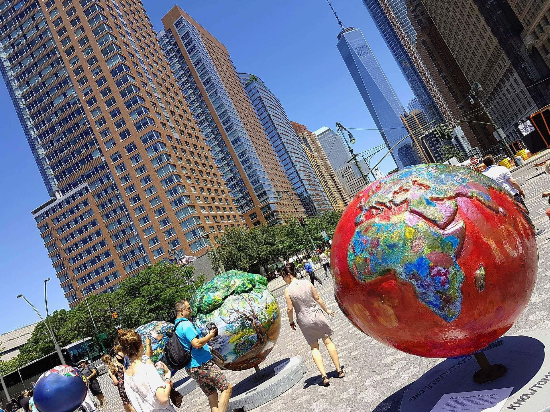 Widok na globusy na placu w Nowym Jorku, w tle drapacze chmur