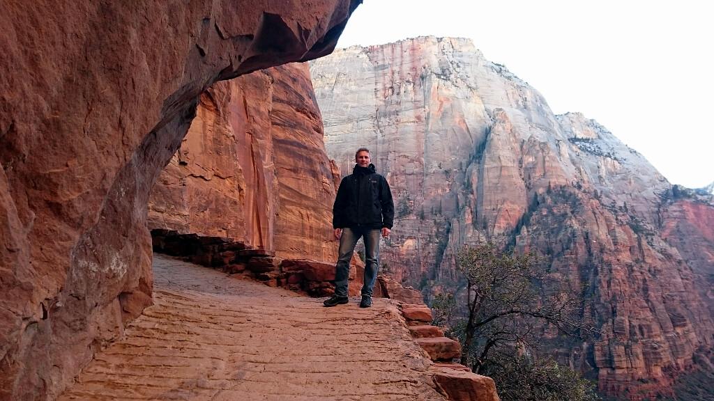 Darek w drodze wydrążonej w czerwonych skałach w Parku Narodowym Zion