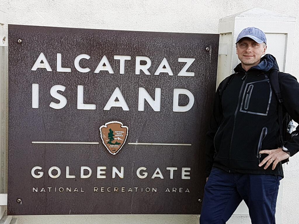 Darek na tla tablicy więzienia na wyspie Alcatraz