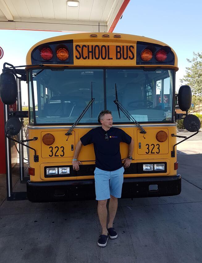 Darek na tle autobusu szkolnego