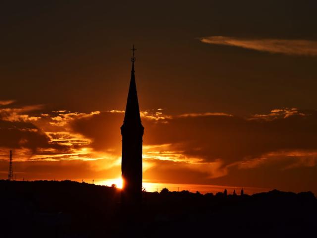 Minaret w Egerze w świetle zachodzącego słońca
