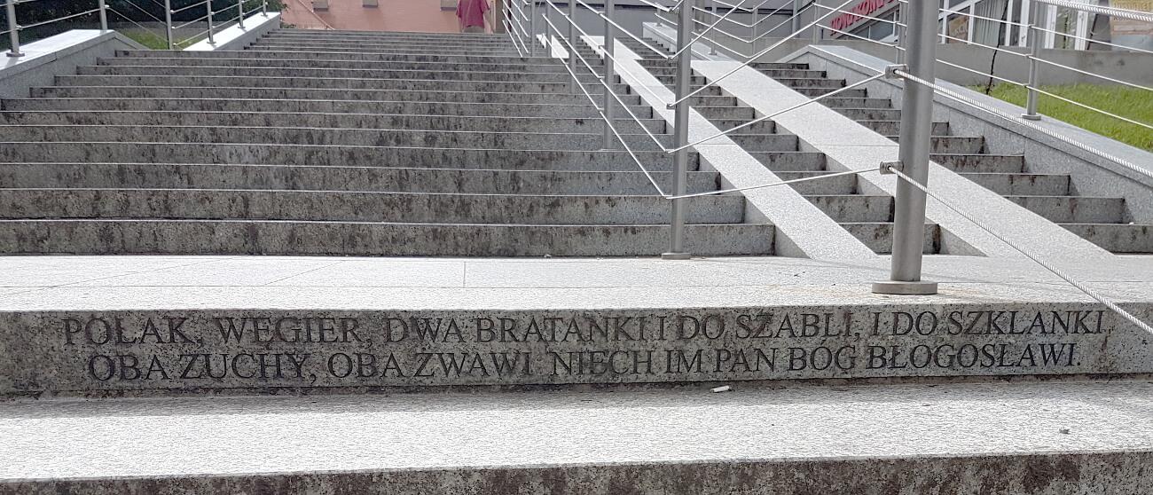 """Przysłowie """"Polak, Węgier..."""" wyryte na schodach"""