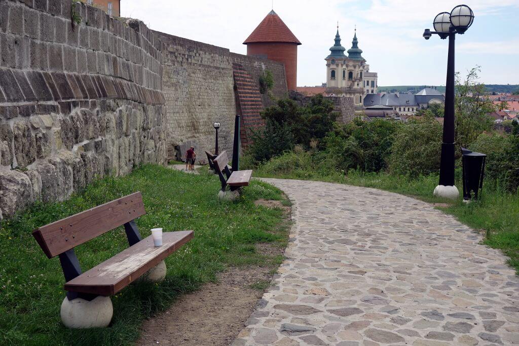 Droga wzdłuż murów obronnych w Egerze