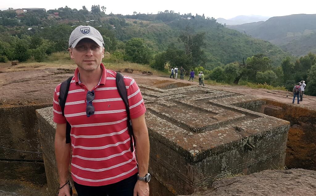 Darek na tle kościołów skalnych w Lalibeli