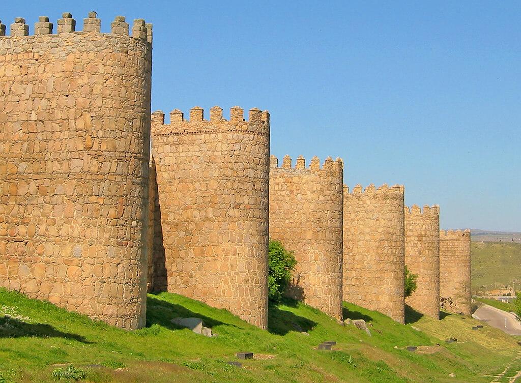 Avila, średniowieczne mury obronne opasają całe stare miasto. Lekcja historii na żywo.