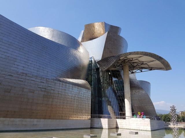 Muzeum Guggenheima w Bilbao - fasada z powyginanej blachy