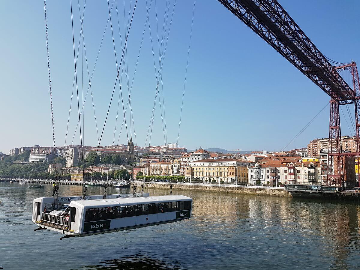 Most Biskajski w Portugalete umożliwia przepływanie wielkich statków do portu w Bilbao. U góry kładka dla pieszych, na dole gondola dla aut