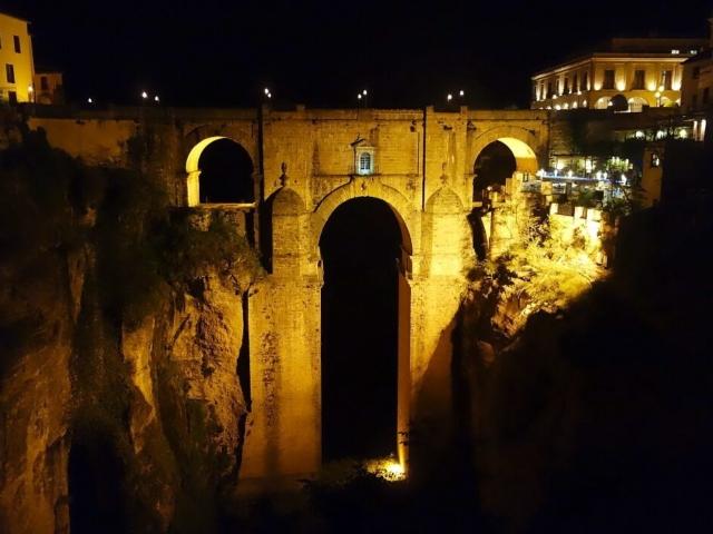 Kamienny most w Rondzie w nocnym oświetleniu
