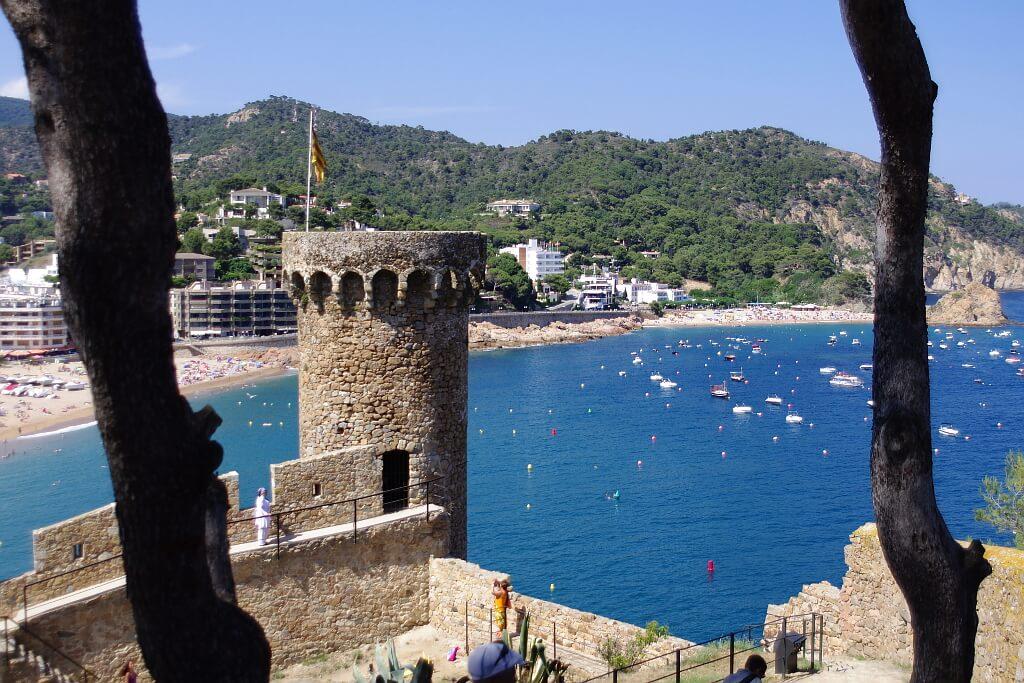 Tossa de Mar - twierdza na pierwszym planie i morze z plażą w tle