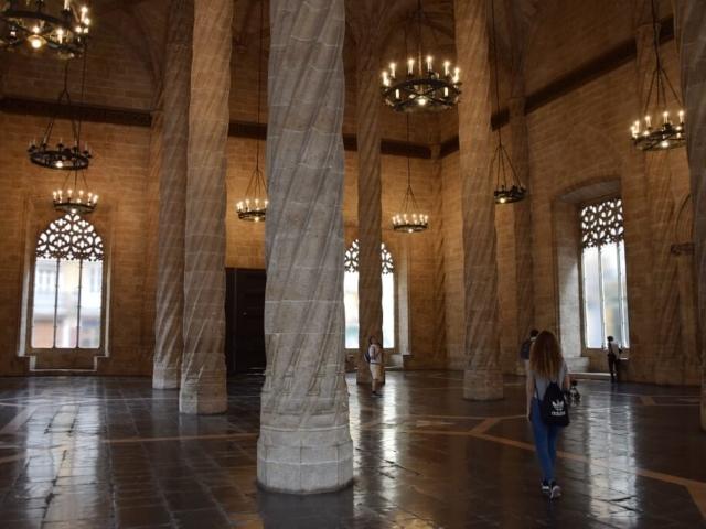Wnętrze gotyckiej giełdy jedwabiu