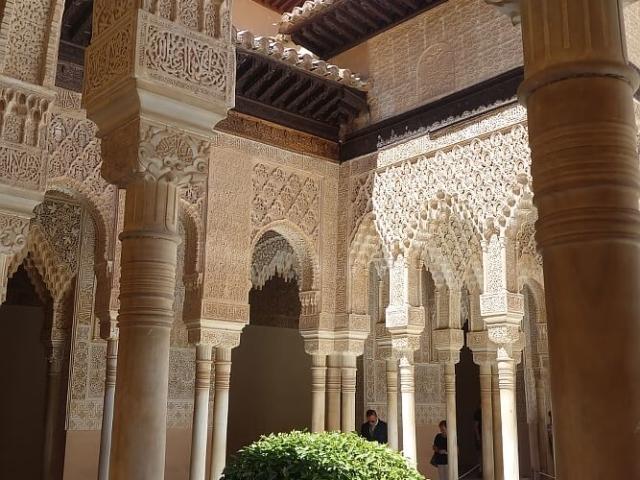Koronkowe, arabskie sztukaterie Alhambry