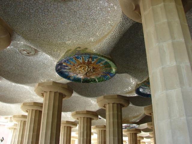 Mozaiki Gaudiego ukryte w sklepieniu