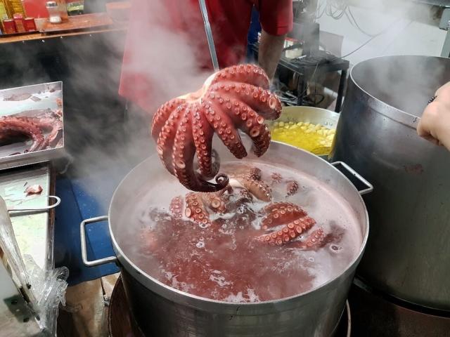 Ośmiornica wkładana do garka z gorącą wodą