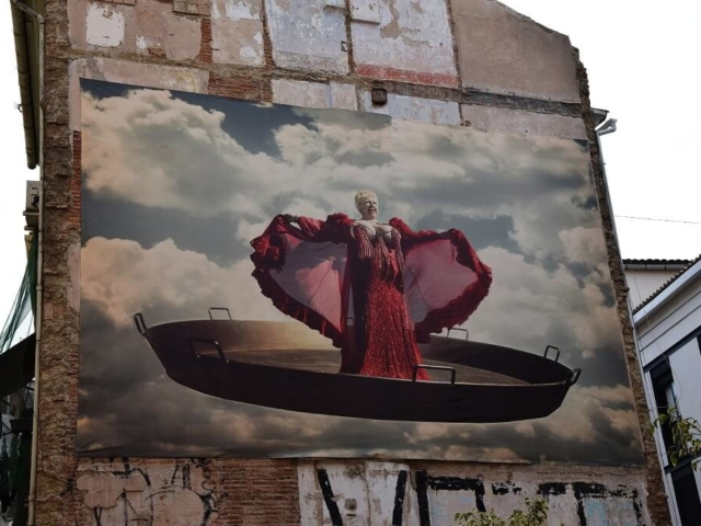 Murale z wielką śpiewaczką operową na patelni