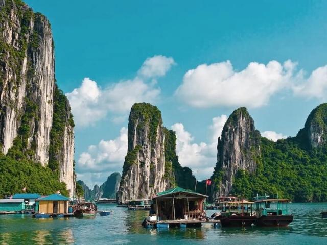 Słynna zatoka Ha Long w słońcu