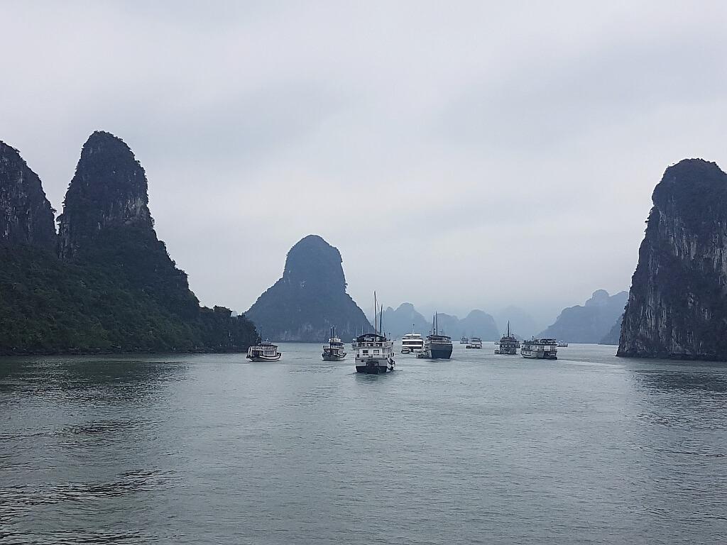Zatoka Ha Long w typowej. mglistej aurze. Zawsze niezwykła.