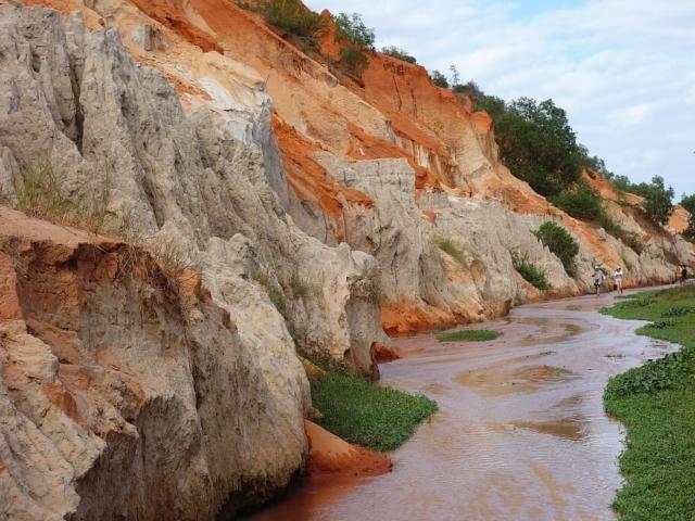 """Kolorowe skały nad """"Bajkowym strumieniem"""""""