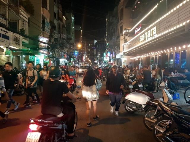 Gwarna ulica stolicy nocą