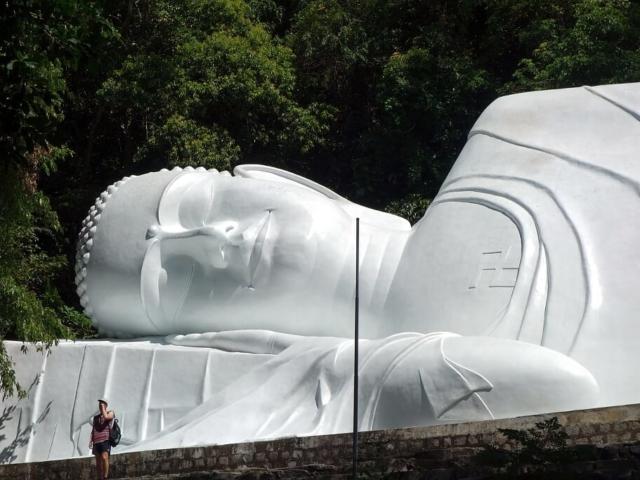 Posąg leżącego Buddy