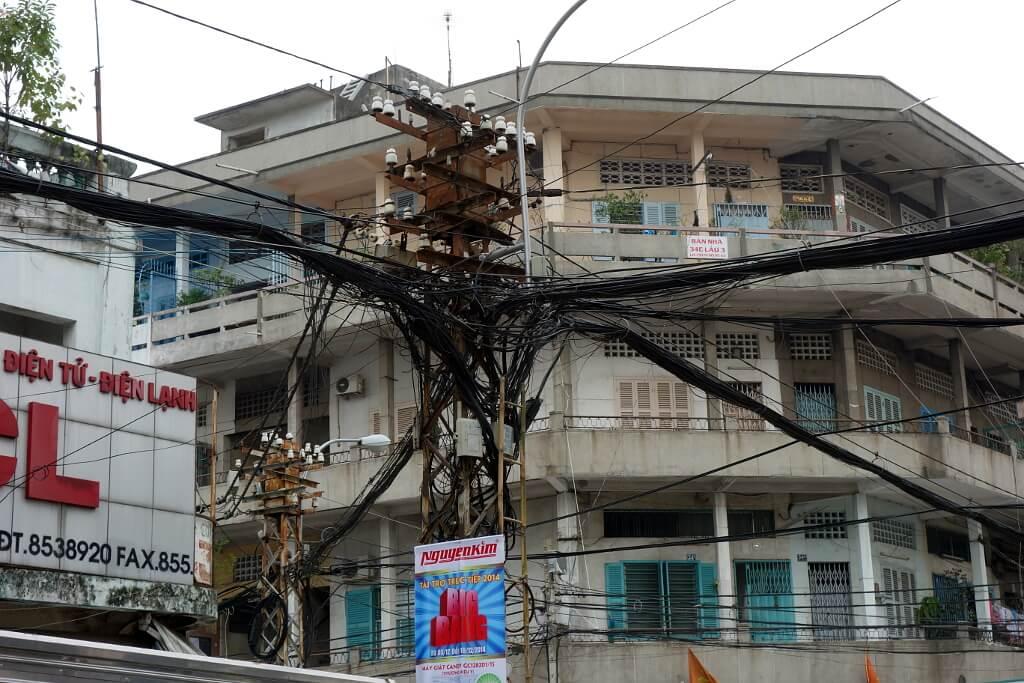 Plątanina kabli nad ulicą