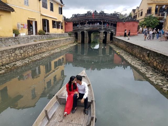 Wietnamska Wenecja, para w łodzi