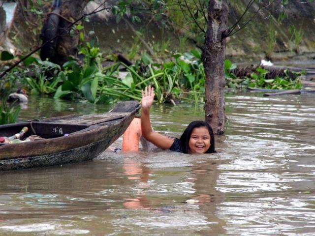 dziewczynka kąpiąca się w Mekongu