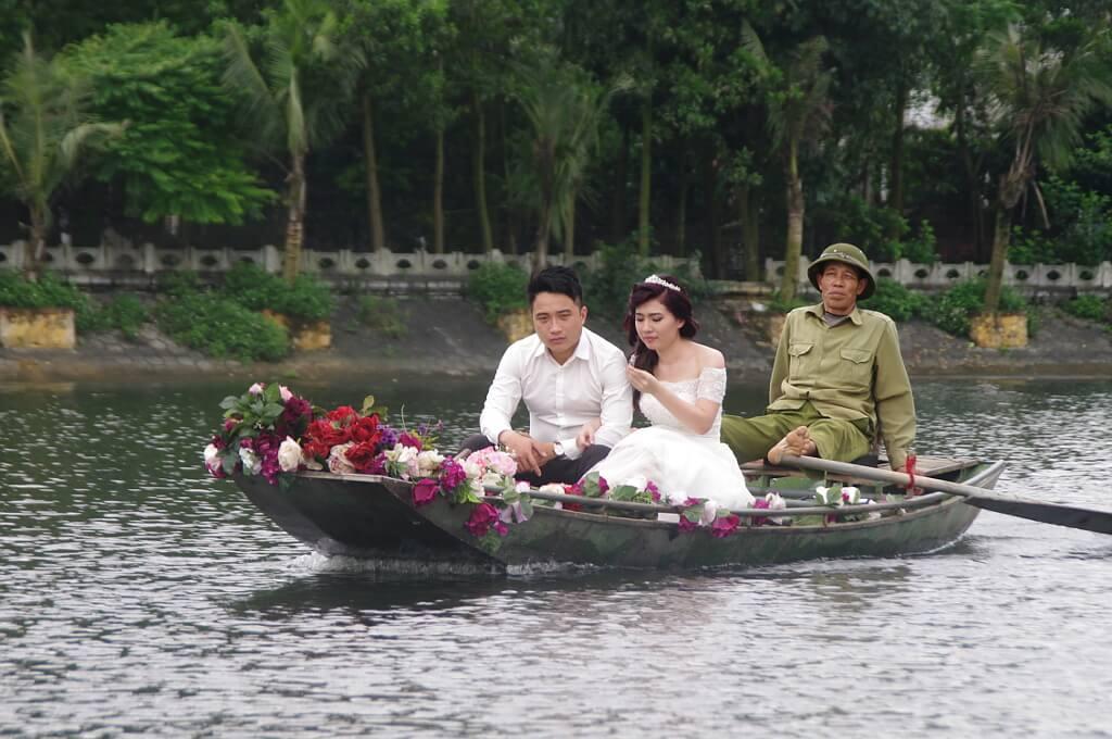 Para ślubna na tradycyjnej łodzi.