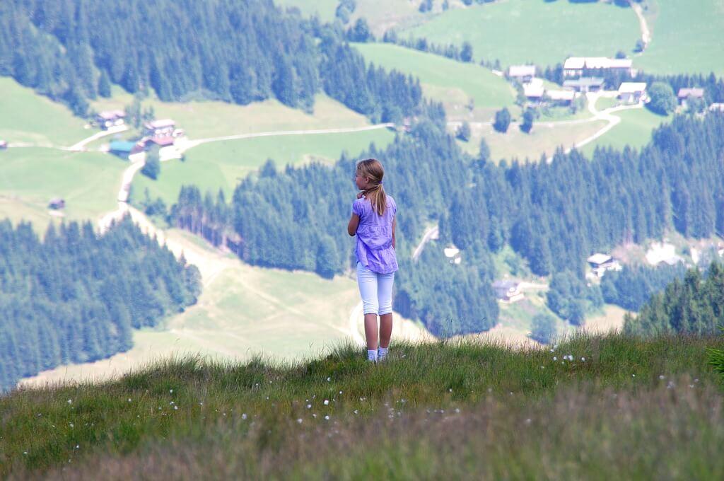 Dziewczynka patrząca na góry
