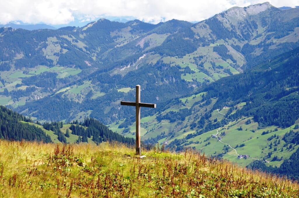 Widok na góry z krzyżem na pierwszym planie
