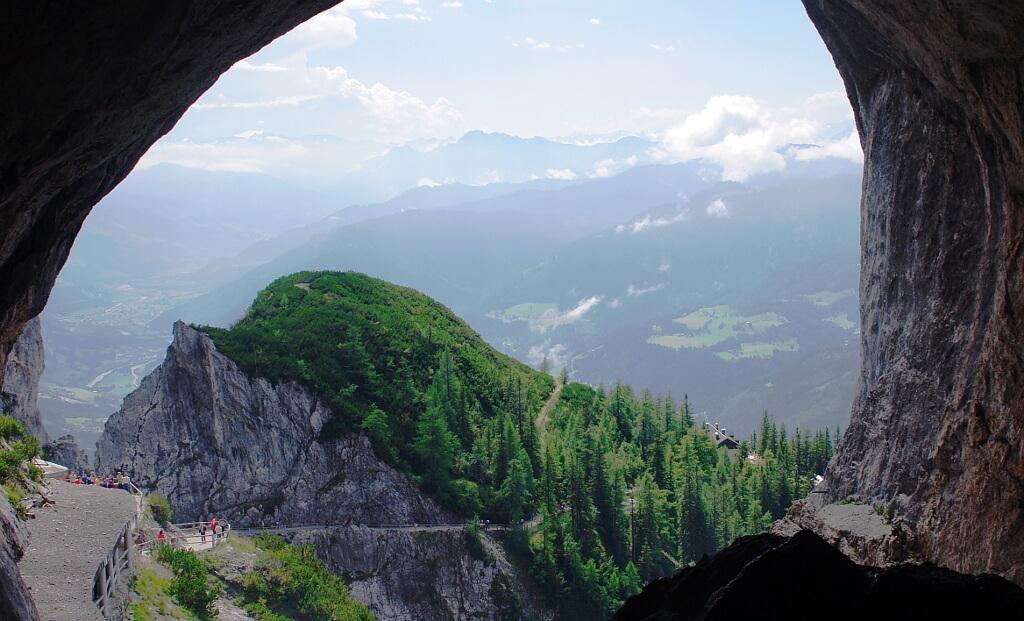 Widok z wejścia do jaskini
