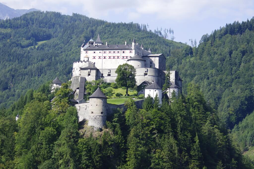 Zamek w górach, otoczony lasem
