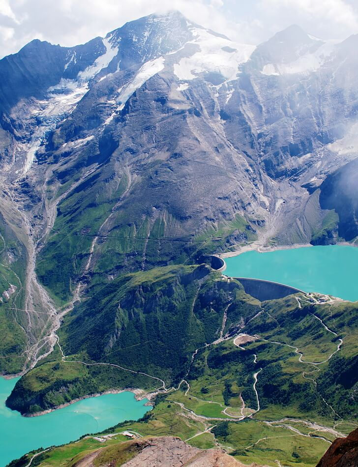 Widok ze szczytu na turkusowe jeziora i zaporę