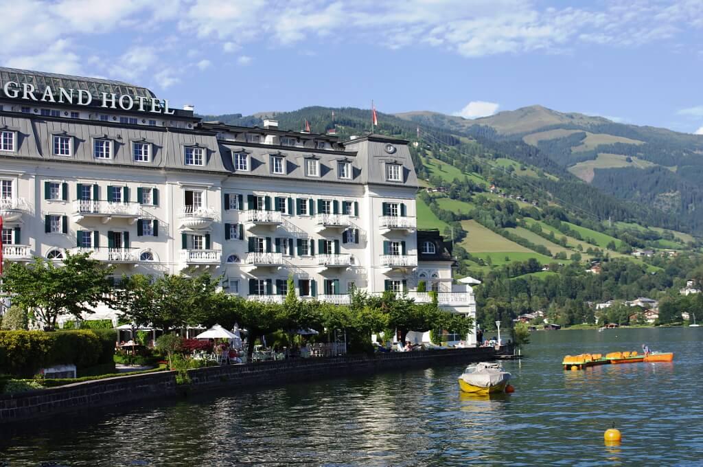 Zabytkowy hotel nad jeziorem