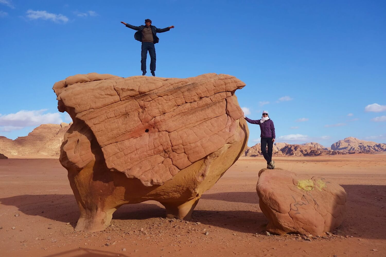 Dwoje ludzi na skałach o kształcie kurczaka
