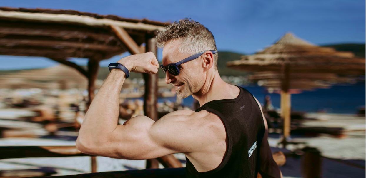 trener personalny biceps na plaży